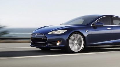 Tesla S auf der Landstraße
