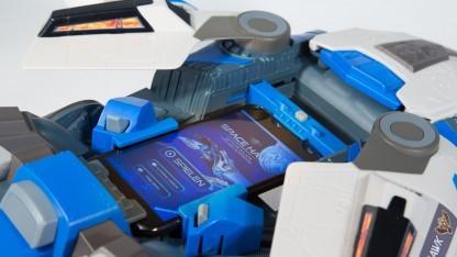 Space Hawk mit eingelegtem Smartphone