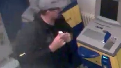 Der Täter vor dem Ausräumen des Geldautomaten in Berlin