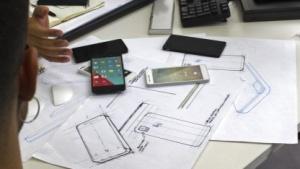 Ein Smartphone wird zuerst auf dem Papier entworfen, später folgen erste Mockups.