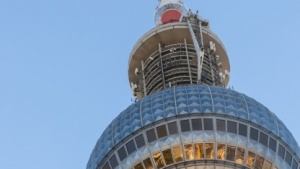 Der Fernsehturm in Berlin, dort stehen Sendeanlagen von Media Broadcast.