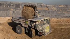 Kipplaster in einer Grube von Rio Tinto: autonome Trucks, robotische Bohrer, führerlose Züge