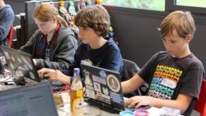 Drei Jugendliche arbeiten an ihren Projekten.
