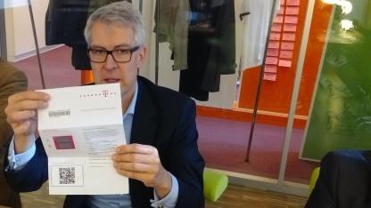 Telekom-Manager Ingo Hofacker mit einem eSIM-Dummy