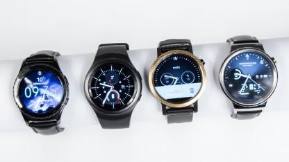 Die vier Testgeräte: Samsung Gear S2 Classic und Gear S2, Moto 360 und Huawei Watch