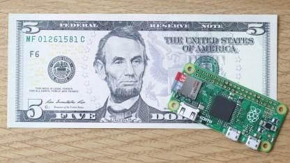 Das Raspberry Pi Zero im Vergleich mit einer 5-Dollar-Note