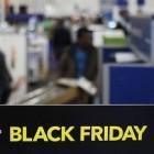 Black Friday: Einsame Menschen, die auf Bildschirme starren
