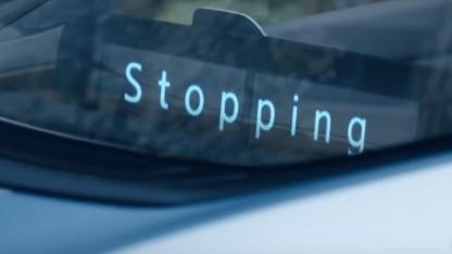 Auto kommuniziert über Displays mit Fußgängern.