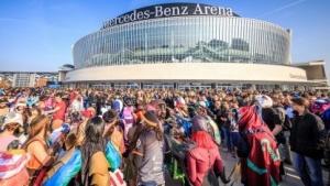 Tausende Fans des Spiels League of Legends strömen in die Mercedes-Benz-Arena zu den Finalspielen des Summoner's Cup.