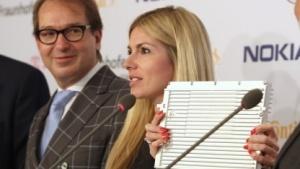 Kathrin Buvac von Nokia Networks präsentiert zusammen mit Verkehrsminister Alexander Dobrindt das LTE-Modul.