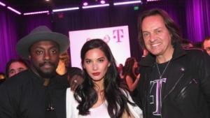 T-Mobile CEO John Legere (r.) mit Will.i.am und Olivia Munn beim Un-carrier X