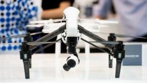 Eine Drohne bei einer Ausstellung in Dubai