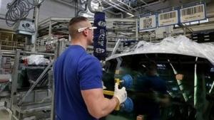 VW-Mitarbeiter mit Datenbrille: Einsatz in anderen Werken ist geplant.