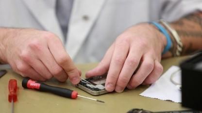 Etwas handwerkliches Geschick gehört beim Reparieren von Smartphones dazu.