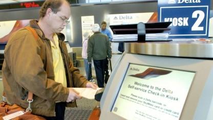 Flugpassagier in den USA beim Self-Check-in: Gestresste Passagiere kaufen nicht ein.