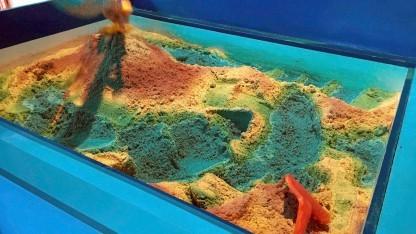 Topographischer Sandkasten im Game Science Lab (der Sand ist eigentlich nur grau)