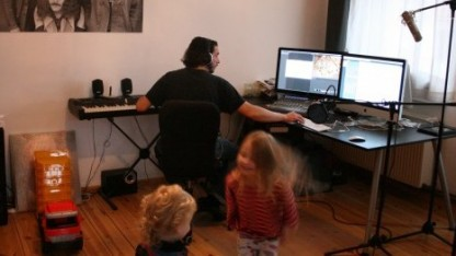 An der Kinder-App arbeiten, während die eigenen Kinder drumherumtoben
