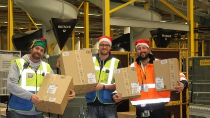 Glückliche Amazon-Arbeiter in der Unternehmensdarstellung