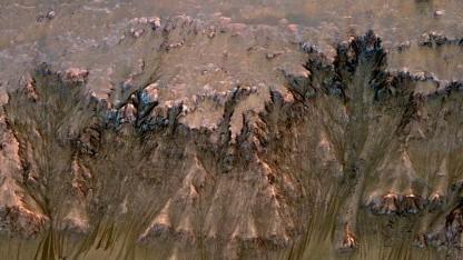 Rinnen auf dem Mars: Sublimierendes Trockeneis destablisiert den Boden.