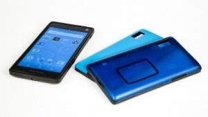 Das Fairphone 2 mit zwei Wechselcovern