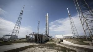 Falcon 9 auf der Startrampe (Symbolbild): Erste Stufe soll stehend landen.