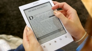 E-Book auf einem E-Reader (Symbolbild): einheitliche Regelung für gedruckte und elektronische Bücher, Zeitungen und Zeitschriften