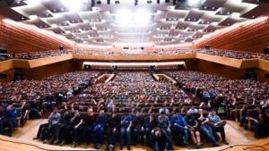 Der Referent nutzte dieses Bild eines Massen-Facepalms, um seinen Vortrag zu bebildern.