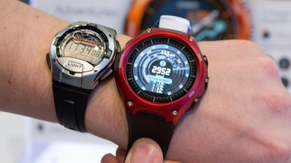 Links eine nicht smarte Casio für 25 Euro, rechts die Smart Outdoor Watch für 500 US-Dollar.