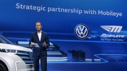 Herbert Diess verkündet auf der CES die Partnerschaft mit Mobileye.