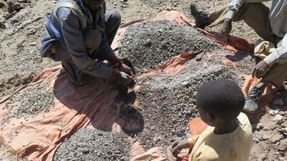 Ein 13-jähriger Minenarbeiter (r.) sortiert Steine.