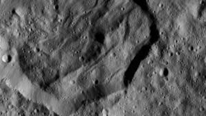 Krater Messor auf Ceres: andere Strukturen als bei Einschlägen in Gestein