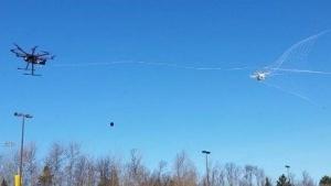 Drohne fängt Drohne: Selbst die schnellsten und wendigsten Copter werden eingefangen.