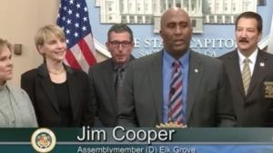 Jim Cooper will Menschenhandel erschweren, indem er Geldstrafen für den Handel mit Smartphones ohne Hintertür vorschlägt.
