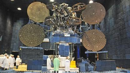 ViaSat-1 im Compact Antenna Test Range (CATR)