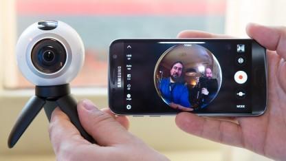 Die Gear 360 mit angeschraubtem Stativ und Fisheye-Sucherbild auf dem Smartphone