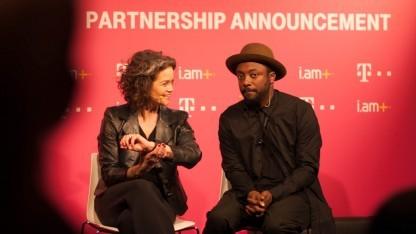 Will.i.am präsentiert zusammen mit Claudia Nemat von der Telekom i.am+' Smartwatch.