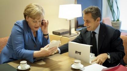 Die Kanzlerin ist eine eifrige Nutzerin ihres Smartphones.