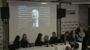 Julian Assange spricht auf der Pressekonferenz in London.