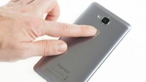 Das Honor 5X ist aus Metall und kommt mit einem Fingerabdrucksensor.