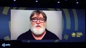 Gabe Newell verteilt Vive-Headsets an alle anwesenden Entwickler.