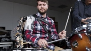 Drummer mit Roboteram: präzise, zeitlich abgepasste Bewegungen