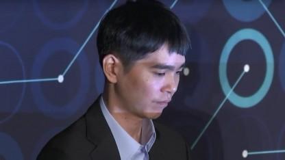 Lee Sedol (links) auf der Pressekonferenz nach dem Spiel