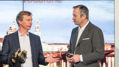 Prof. Fettweis (links) mit dem Prototyp eines Datenhandschuhs zusammen mit Vodafone-Deutschland-Chef Hannes Ametsreiter