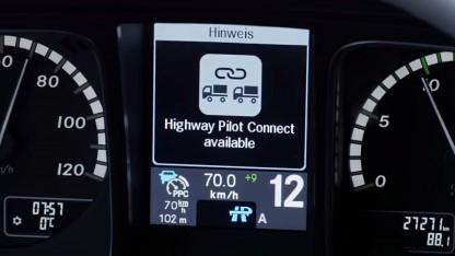 Die Lkw-Fahrer können im automatisierten Modus zusätzlich im Konvoi fahren.