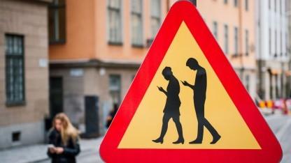 """Noch ist es nur ein Scherz - ein Warnschild vor """"Texting while Walking"""" in Schweden."""