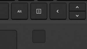 Der Fingerabdrucksensor ist neben dem Touchpad positioniert.