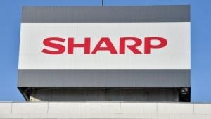 Sharp-Logo über seiner Tochigi-Fabrik in Yaita
