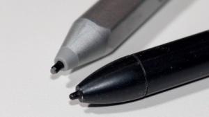 Kaum zu unterscheiden und doch unterschiedlich: ein N-Trig-Stift (l.) und ein Wacom-Stift (r)