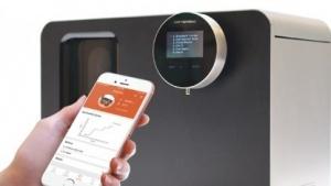 Der Artbrew-Automat mit der zugehörigen App