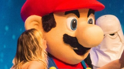 Die Sängerin der Musikband Mia drückt Mario einen Kuss auf die Wange.